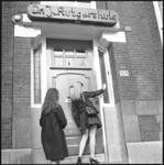 21904-4-3 Meisjes bellen aan bij het pand van de NVSH, het dr. J. Rutgershuis aan de Heemraadssingel 159.