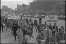 21915-7-1 Ongeveer honderd jongeren protesteerden op de Coolsingel tegen het kolonels-regime in Griekenland.