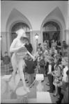 21920-4-23 Mevrouw A.N. Thomassen-Lind, temidden van scholieren, sluit de tentoonstelling Schoon-Schip af, gehouden in ...