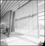 21945-3-3 Minister J.A. Bakker van Verkeer en waterstaat verricht de opening van het nieuwe stationsgebouw van ...