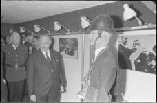 21960-6-13 In het Buurthuis Pendrecht opent ir. S. Wiesenthal de expositie Oorlog en verzet .