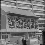 21979-3-9 Het glas- in betonraam van Karel Appel, geïntegreerd in de totale architectuur van de theateraula in het Technikon.