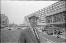21985-6-1 Architect Huig Aart (Hugh) Maaskant voor het scholencomplex Technikon, dat ontworpen is door ...