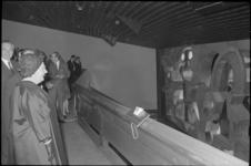 21990-2-12 Koningin Juliana bekijkt het glas- in betonkunstwerk van Karel Appel bij de opening van het Centrum voor ...
