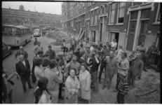 21991-2-20 Start van de bestratingswerkzaamheden in de Korte Bajonetstraat. De stratenmakers krijgen een pilsje ...