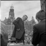 21994-4-9 Prof. dr. Max Euwe tussen de simultaanschakers; stadhuis op de achtergrond.