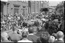 22007-2-4 Veel publiek bij het schaapscheren in de Zwart Janstraat in het kader van de manifestatie C'70.