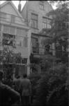 22019-4-26 In de tuin van een pand aan de 's-Gravendijkwal kijken leden van de Rotterdamse rechtbank en ambtenaren van ...