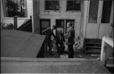 22019-6-31 In de tuin van een pand aan de 's-Gravendijkwal kijken leden van de Rotterdamse rechtbank en ambtenaren van ...