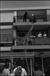 22020-4-16 Een parachutist, vanuit een vliegtuig op weg naar het Schouwburgplein, landde op een balkon aan de Karel ...