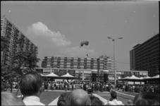 22021-1-13 Parachutist lijkt op de platte daken van woningen aan de Karel Doormanstraat te landen, in plaats van op het ...
