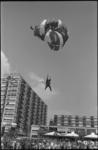 22021-4-21 Parachutist landt op het Schouwburgplein i.v.m. manifestatie C'70.