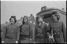 22022-2-34 Vier vrouwelijke trambestuurders poseren voor een tram.