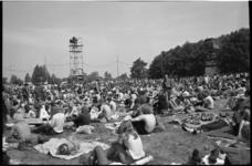 22043-5-9 Overzicht festivalterrein met veel bezoekers.