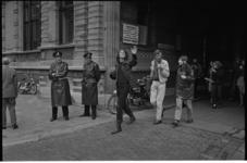 22051-1-13 Leden van de 'Socialistische Jeugd' op weg naar de behandeling van hun rechtszaak in het justitiegebouw aan ...