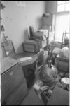 22077-4 Ary Groeneveld: verhuisspullen in kamer op de Beukelsdijk 138.