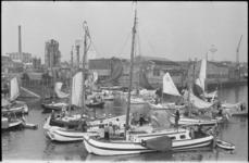 22093-7-22 In de Aelbrechtskolk en de Achterhaven liggen de tjalken van de deelnemers aan de Pilgrim Fatherstocht vanaf ...