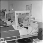221-1 Kinderen op een slaapzaal.