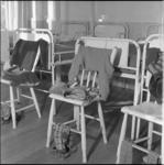 221-2 Kijkje in slaapzaal voor Kinderen naar Buiten.