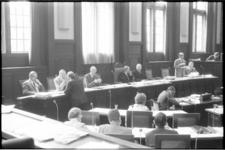 22106-5 Overzicht B&W- zijde in de gemeenteraadszaal waar de burgemeestersstoel is aangepast en tevens ruimte werd ...