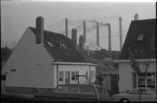 22125-4 Witte Dorp-woningen vanaf de Tjalklaan en op de achtergrond de schoorstenen van de energiecentrale Marconiplein.