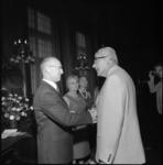 22131-4-1 Burgemeester W. Thomassen neemt in de Burgerzaal afscheid van wethouder R. Langerak(links); in het midden ...