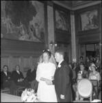 22140-1-9 Huwelijksvoltrekking in de 1e klas trouwzaal van stadhuis Coolsingel van drs. L. van Leeuwen (raadslid VVD) ...