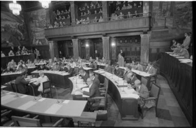 22142-1-27 Overzicht gemeenteraadszaal met publieke tribune en nieuwe fractieleden.