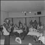 22152-1 Peter Blanker, stadstroubadour, tijdens een optreden.