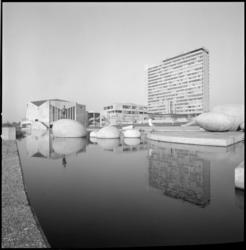 22198-1 Totaalexterieur universiteitscomplex Woudestein, met vijver en kunstwerk in de voorgrond.