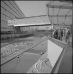 22211-2-7 Directeur van de manifestatie Communicatie C'70, A.J. Fibbe (midden), wandelt boven de grote Havenmaquette ...