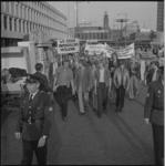 22269-1-2 Mensen met spandoeken protesteren op het Schouwburgplein tegen gebeurtenissen in Brazilië.