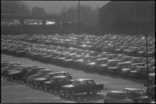 22271-1-1 Parkeerterrein aan de Boerhavestraat (nabij Zuidplein) vol met geparkeerde auto's.