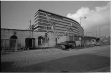 22271-1-R Onder het Hofpleinspoor worden sloopwerkzaamheden verricht; op de achtergrond de mammoetschool Technikon.