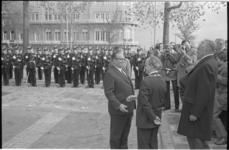 22274-2-7 President Tito wordt bij de Veerhaven begroet door loco-burgemeester G.Z. de Vos en commissaris der koningin ...