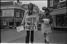 22280-2-41 Sandwichman protesteert tegen Rotte- tracé; op de achtergrond Radio Star in de Zwaanshals.