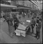 22308-3-10 Publiek rond bakfiets met actieborden en appels van Dolle Mina op het Binnenwegplein.