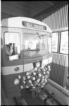 22342-4-2 Staatssecretaris M.J. Keyzer zit als metrobestuurder in een met bloemen versierd metrorijtuig richting Slinge.