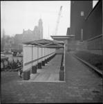 22356-2-11 Tijdelijke overkapping voor de ingang van museum Boijmans, ten behoeve van buiten wachtende bezoekers die de ...