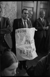 22361-3-39 Drs. A.J. Lems met protestbord crèche.