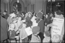 22361-7-11 Groep moeders en kinderen uit Oude Westen bezetten stadhuis en raadszaal.