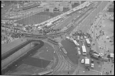 22377-3-34 Hoog overzicht van stukje Weena en Weenatunnel, met files van trams en autobussen.