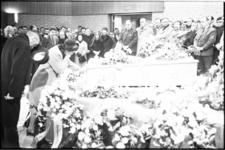 22393-1-6 De weduwe van de vermoorde taxichauffeur J. Dijksman buigt zich in een drukbevolkte aula van het crematorium ...