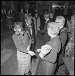 22399-4-8 Mensen met gasmaskers op het gezicht ontmoeten burgemeester W.Thomassen en zijn echtgenote tijdens de ...