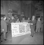 22400-3-5 Echtpaar Thomassen toont tijdens de nieuwjaarsreceptie een wens-spandoek van gastarbeiders.