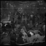 22403-3-11 Overzicht van de zaal in Odeon met dansende mensen.