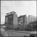 22426-1-10 Exterieur van huizen die gesloopt worden aan de Molenwaterweg; op de achtergrond Shell-gebouw Hofplein en ...