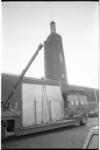 22452-6-8 Mobiele kraan en toren van Museum Boijmans; op de voorgrond een dieplader-vrachtauto met grote kist.