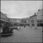 22468-2-4 Overzicht van plein in de Lijnbaan met de poort van het oude Coolsingel-ziekenhuis.