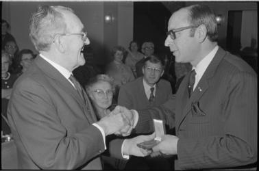 22473-2-13 J. Terwiel (links) ontvangt de Penning van de Maze uit handen van de voorzitter van de Rotterdamse ...
